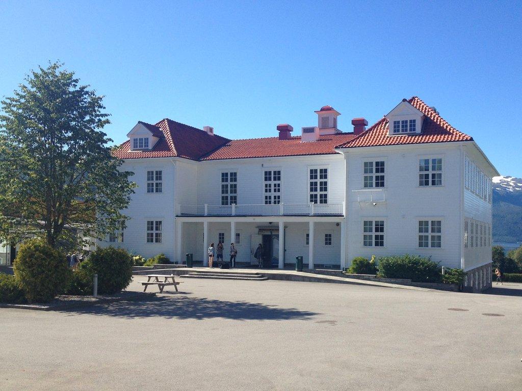 Foto av det gamle gymnasbygget ved Firda vgs