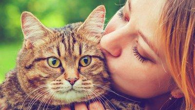 Kvinna gosar med katt