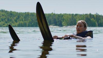 Kvinna åker vattenskidor