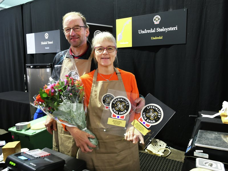 Spesialitet: Anna Karine Marstein og Magne Underdal fra Undredal Stølsysteri med spesialitet-merker for lokalmat i særklasse