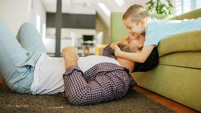 pojke busar med pappa
