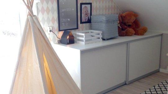 Praktisk og pent på barnerommet med oppbevaringsbenk fra Langlo, med Safir front.