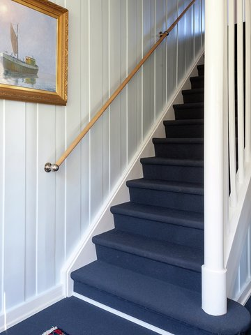 TEPPER: De blå teppene i gangen og trappen er noe av det han er mest fornøyd med. De skaper en spesiell velkomst; luner og demper lyd, ser fantastiske ut og hindrer at du faller i trappa. Den isblå veggfargen var klar fra starten.
