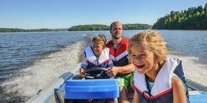 Barn kör båt
