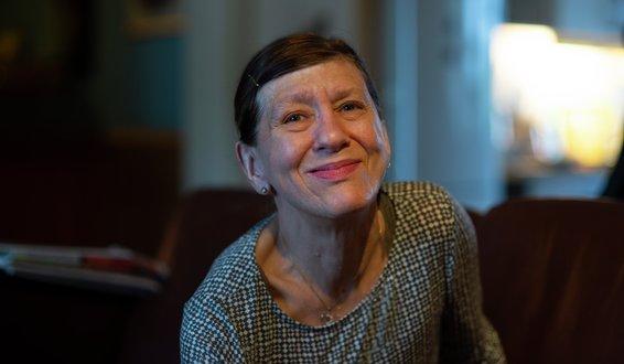 Halvnært portrett av Ragnhild Anita Bjørklund innendørs