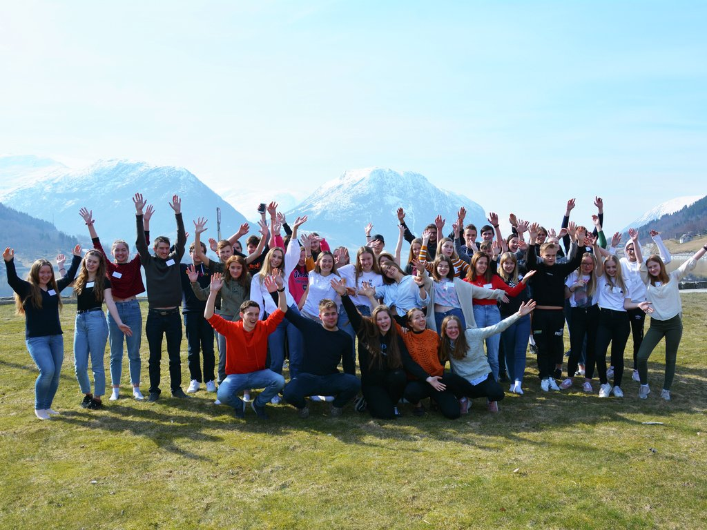 Foto av alle ungdomane som deltok på fylkesting for ungdom 2019. Biletet er teke på Skei, med Jølstravatnet i bakgrunnen.