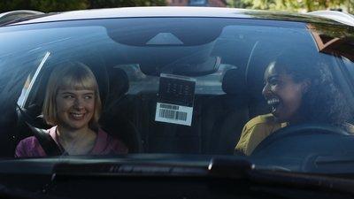 Kaksi naista istuu autossa