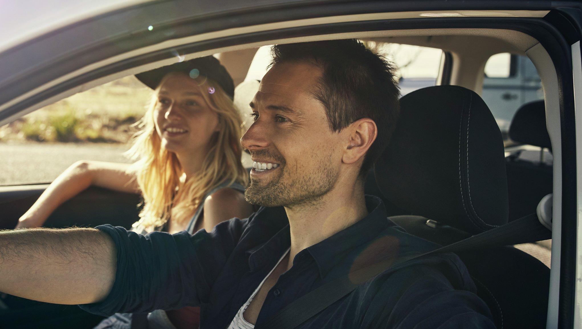 par i bil på bilresa
