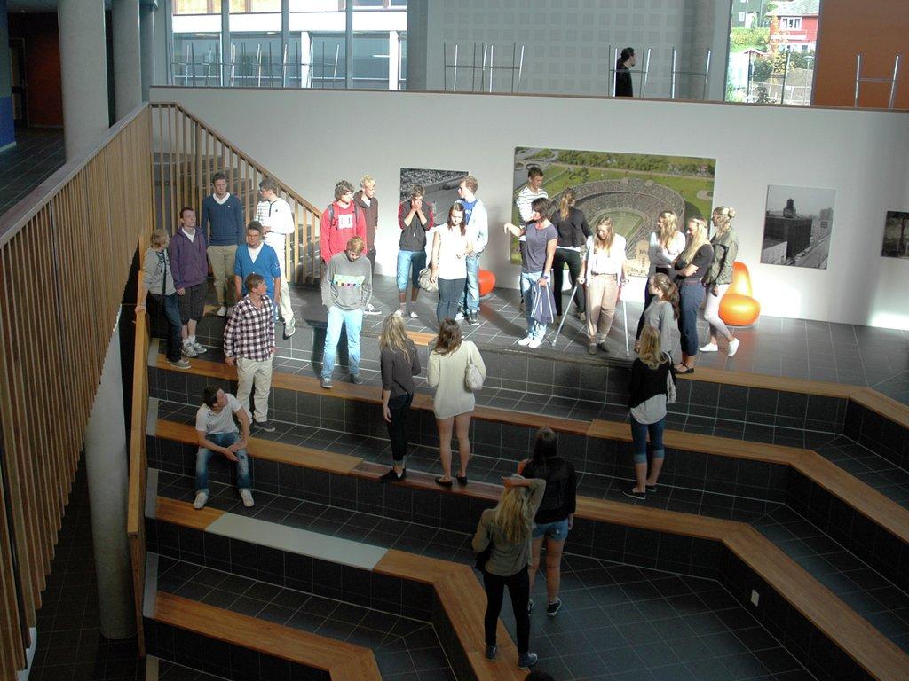 Oversiktsbilete over inngangspartiet ved Sogndal vidaregåande med elevar som går i trappa.