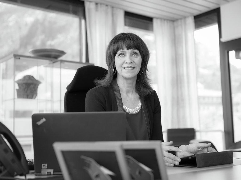 Fylkesordførar Jenny Følling på kontoret sitt på Fylkeshuset i Leikanger