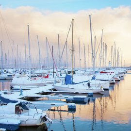 Båtar i hamn under vintern.