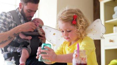 pappa med barn i kök