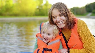 Barn och vuxen kvinna med flytväst ombord