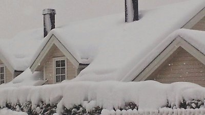 Snö på hustak