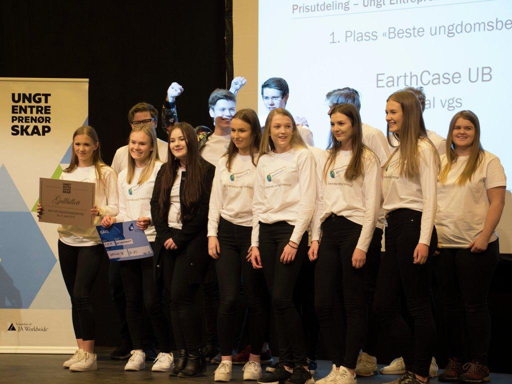 Bilete frå utdelinga av prisen for beste ungdomsbedrift i fylket under Ungt entreprenørskapsforum Sogn og Fjordane 2018