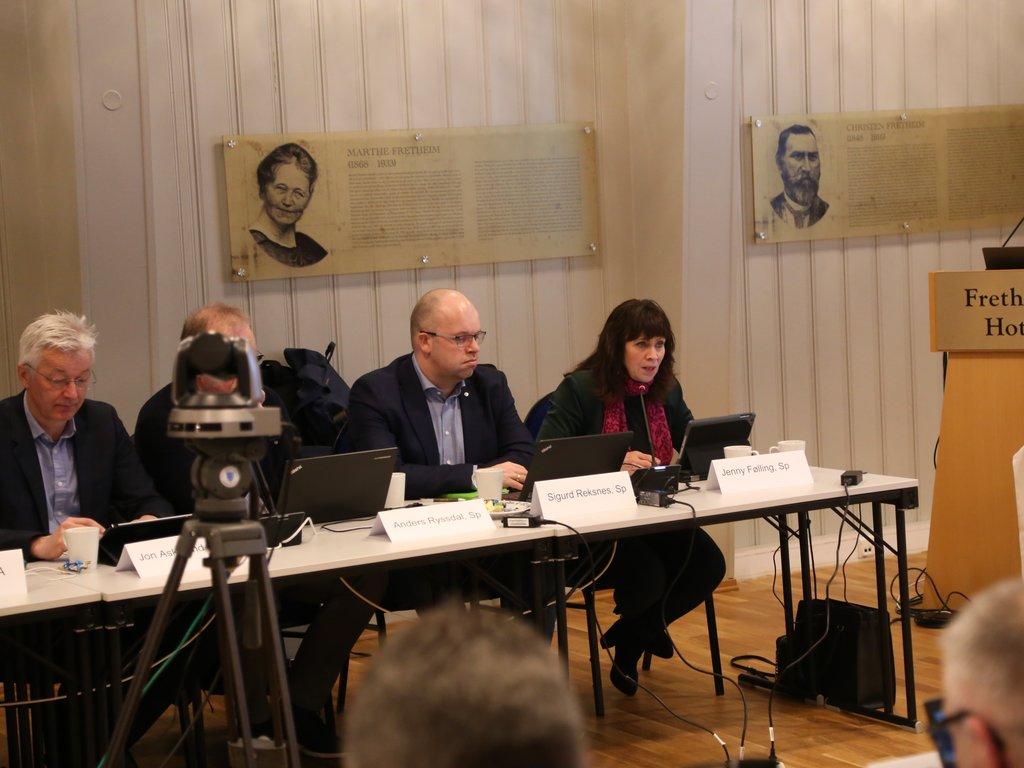 Politikarar sit ved eit møtebord, Jenny Følling sit ytst og har ordet