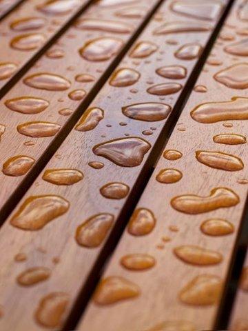 Vannavvisende: En god terrassebeis gir en beskyttende, vannavvisende effekt. Foto: Gjøco