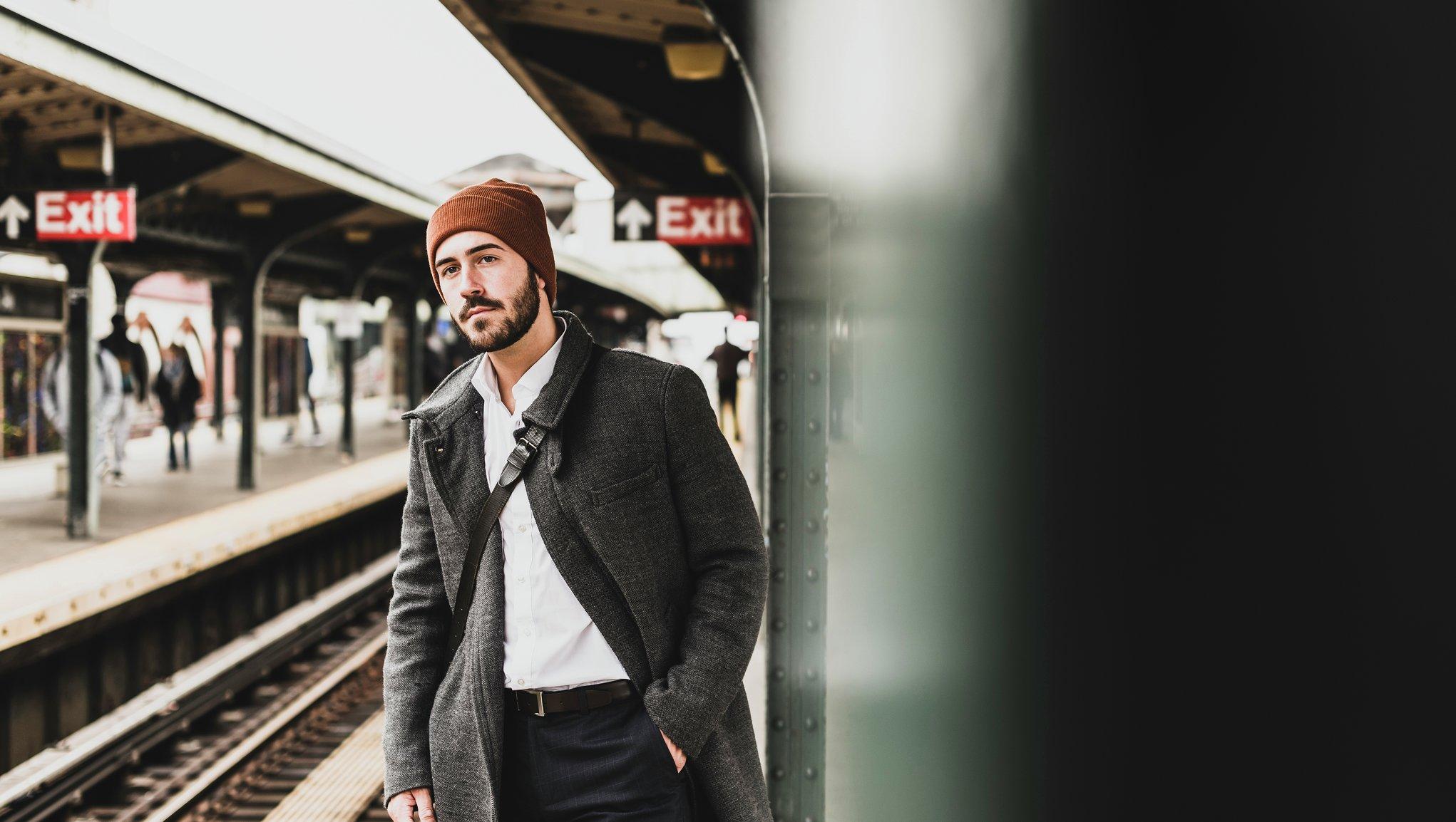 Mann som kikker etter toget
