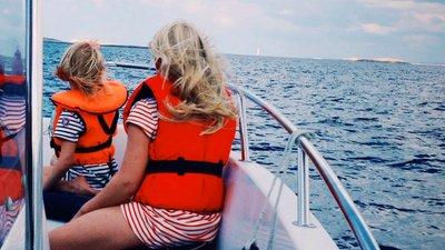 Barn med flytväst ombord