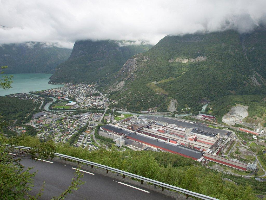 Utsikt over Øvre Årdal med anlegget til Norsk Hydro sentralt i biletet.