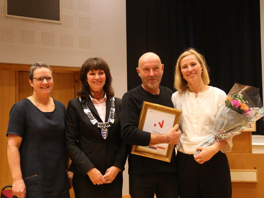 Tone Rønning Vike og Bjørn Vike syner fram prisdiplomet dei har fått frå Jenny Følling og Karen Marie Hjelmeseter.