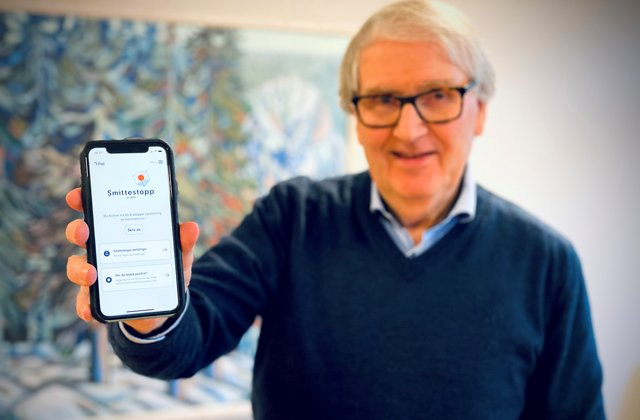 Kommunelege Are Løken viser fram appen Smittestopp.