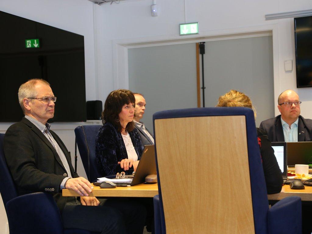 Bilete frå fylkesutvalet mai 2018. Jenny Følling, Tore Eriksen, Svein Hågård og Sigurd Reksnes sit ved møtebordet på fylkeshuset i Leikanger.
