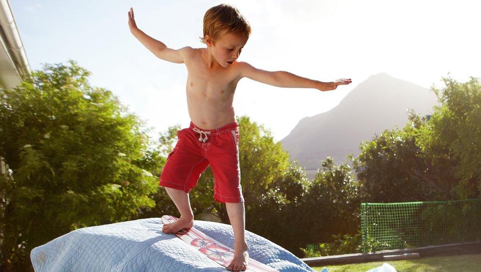 Pojke surfar på madrasser