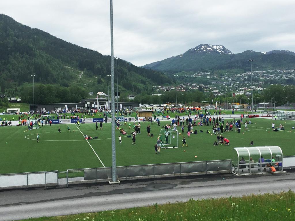 Foto frå Hafstadparken i Førde. Vi ser mange ungar i aktivitet på fleire fotballbaner.
