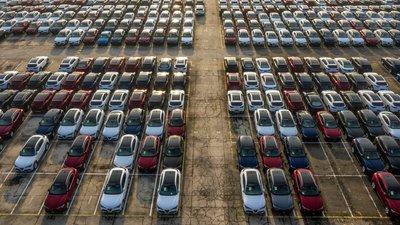 Runsaasti autoja parkkeerattuna