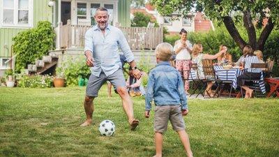 Fotbollsspelare i trädgården