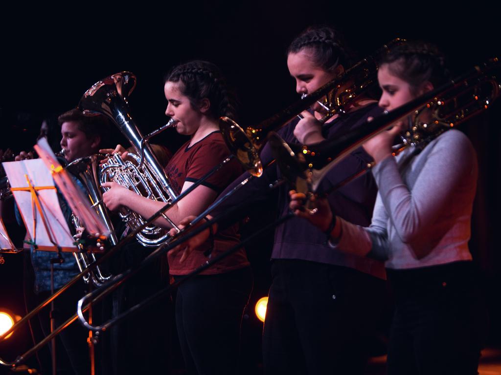 Foto av blåserekke frå UKM-festivalen 2017. Vi ser nokre ungdomar som spelar ulike messinginstrument og som har notestativ framfro seg.