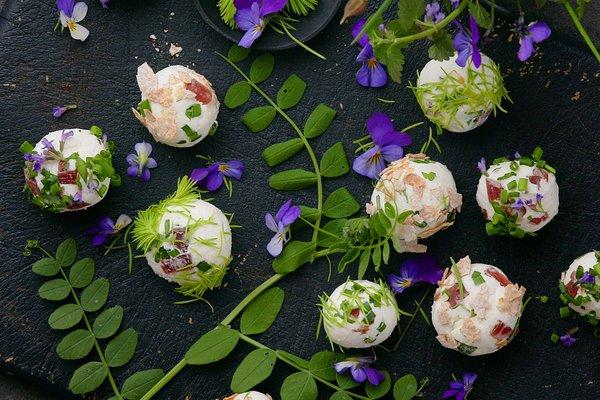 Se på dette, da! Chevre fra Haukeli servert som ostekuler til fenalår. Kunst! Foto: Lisa Westgaard / Matmerk