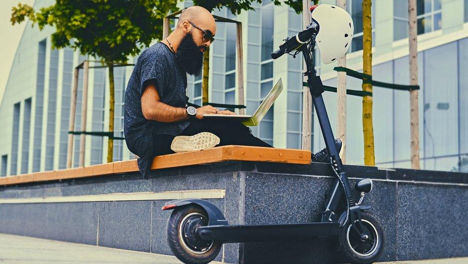 Mand med el-løbehjul