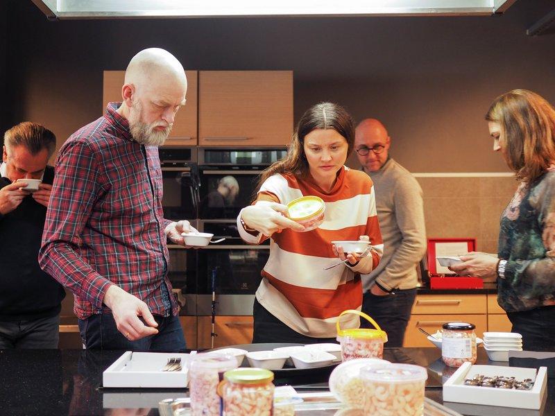 Fagjuryen Spesialitet: Her er juryen som smaker på landets beste lokalmat i arbeid. Til venstre Harald Osa. Til høyre Ole Martin Alfsen.