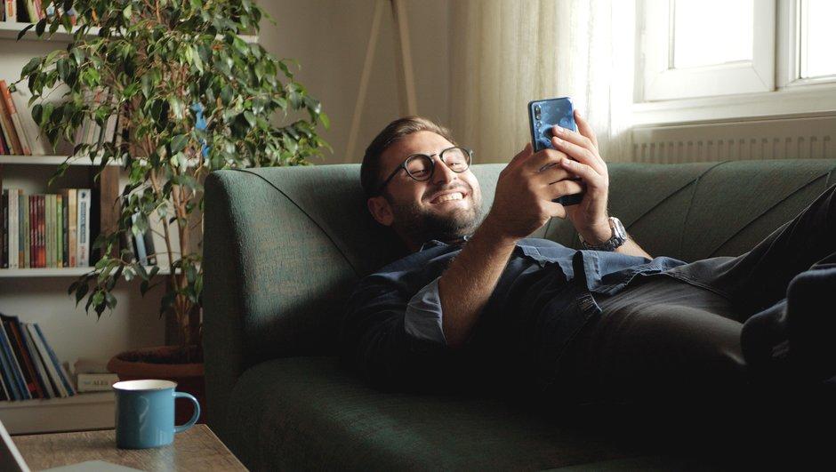 En hånd holder en smartphone, som har appen åben.