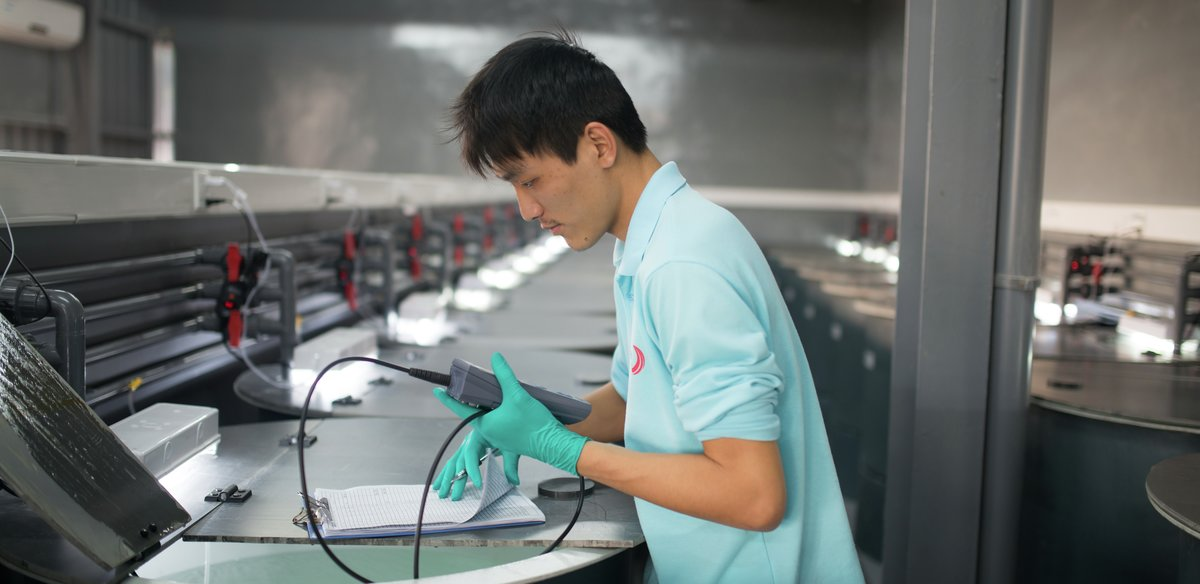 Mann  utfører målinger på prøvestasjon i Kina