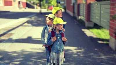 Barn med gule kapser