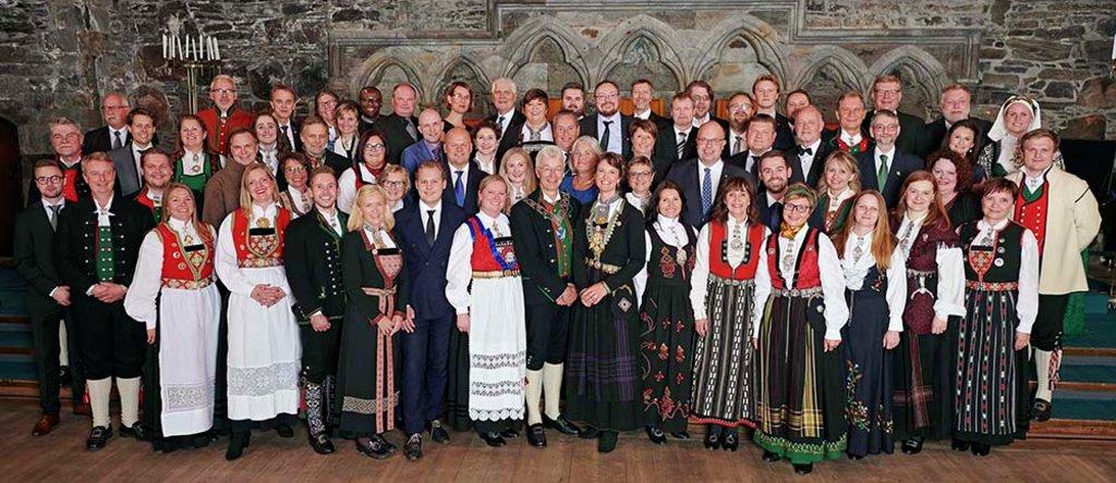 Foto av festkledde politikarar i Vestland fylkesting i Håkonshallen 15. oktober 2019.