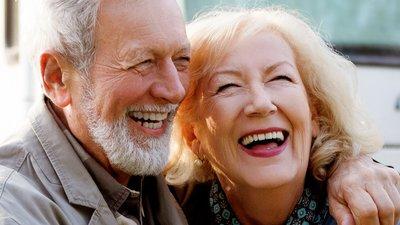 äldre man och kvinna skrattar