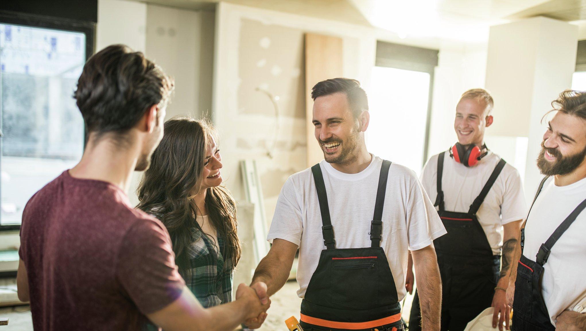 Personalforsikring Håndverkere som hilser på en kunde