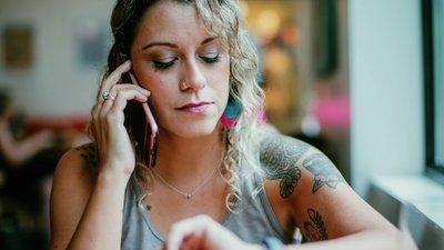 Dame som ringer helsetelefonen