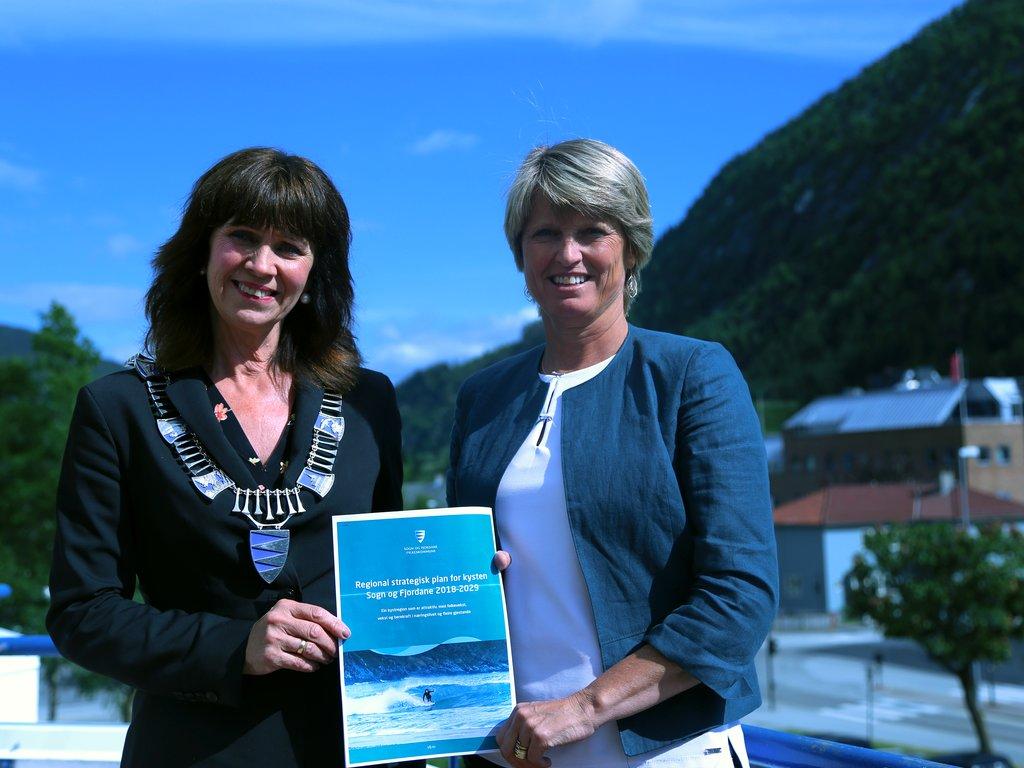 Jenny Følling og Synnøve Stalheim i sola på verandaen på Scandic Sunnfjord Hotel med regional plan for kysten