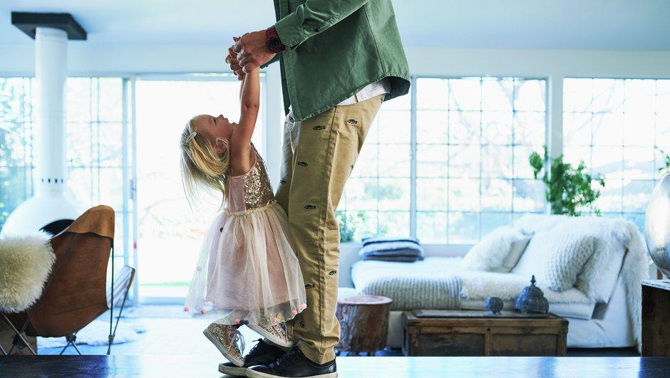 Flicka dansar med pappa