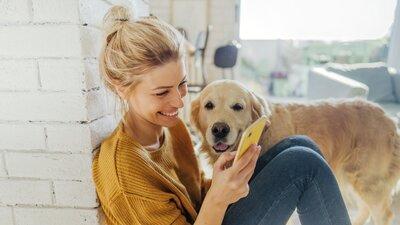 Kvinna med golden retriever kontaktar If