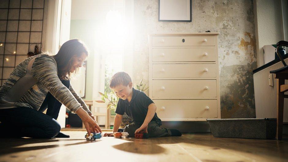 Mamma och son leker.