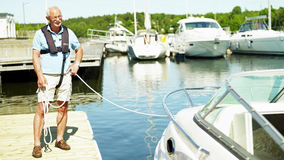 mies pitelee venettä köydestä