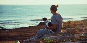man och hund på en klippa