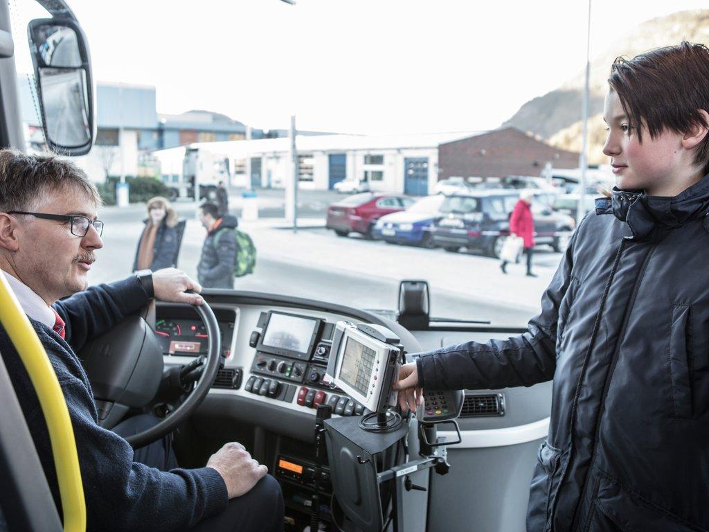 Passasjer som kjøper billett på bussen