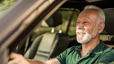 äldre man sitter i bil